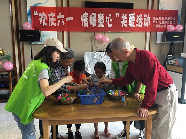 天府新区养老院老人和儿童一起做游戏