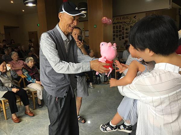 天府新区养老院老人送残疾儿童娃娃1