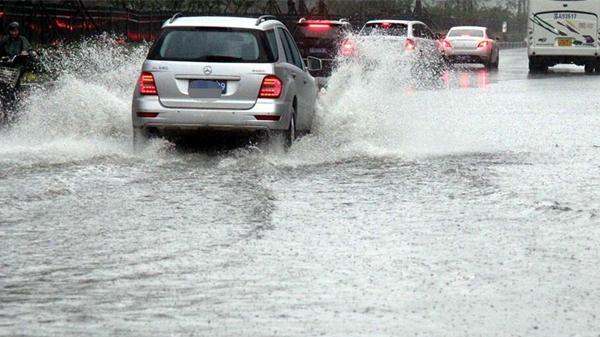 成都养老院一暄康养提醒开车时需要谨记11点(4)-路边有积水走路中