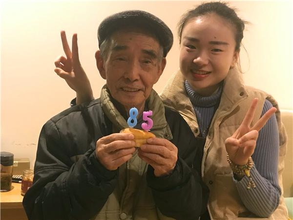 成都养老院一暄康养的照护师王玉玲和寿星代爷爷合影