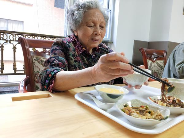 成都金牛区养老院一暄康养推荐适合老人的饮食原则-细嚼慢咽