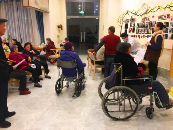 一暄康养协调四川省石油总医院的医护人员为爷爷奶奶们上门体检2