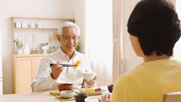 成都金牛区中海国际附近的高端养老机构一暄康养提醒老人喝汤注意这些事 (1)