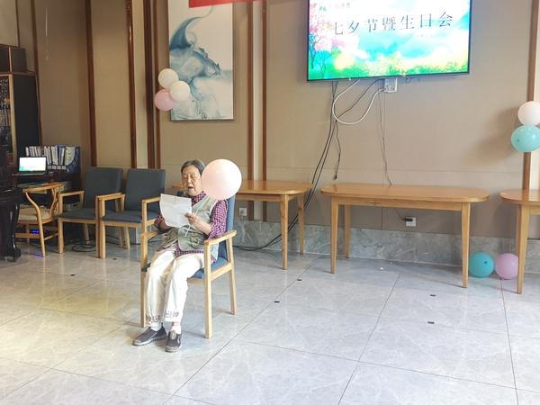 成都养老院一暄康养江奶奶演唱《爱的奉献》