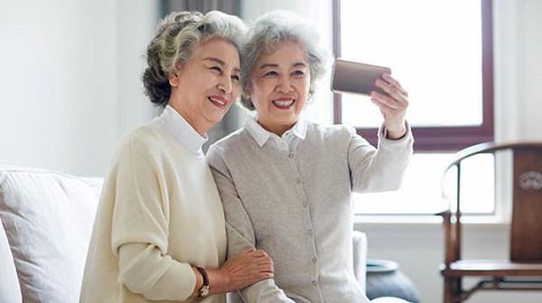 成都高端养老院一暄康养提醒你,老人玩手机要注意 (二)