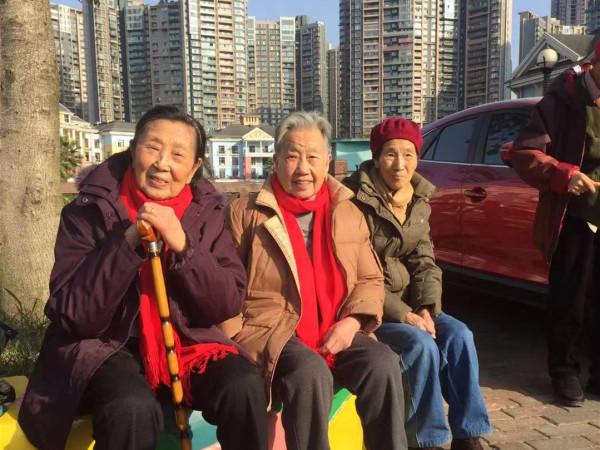 成都养老院一暄康养的奶奶们在享受冬日的阳光