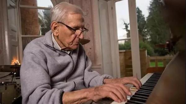 成都金牛区养老院一暄康养老年人弹钢琴的好处1
