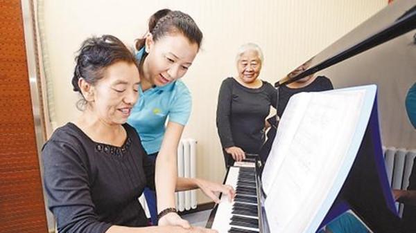 成都金牛区养老院一暄康养老年人弹钢琴的好处2