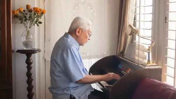 成都金牛区养老院一暄康养老年人弹钢琴的好处3