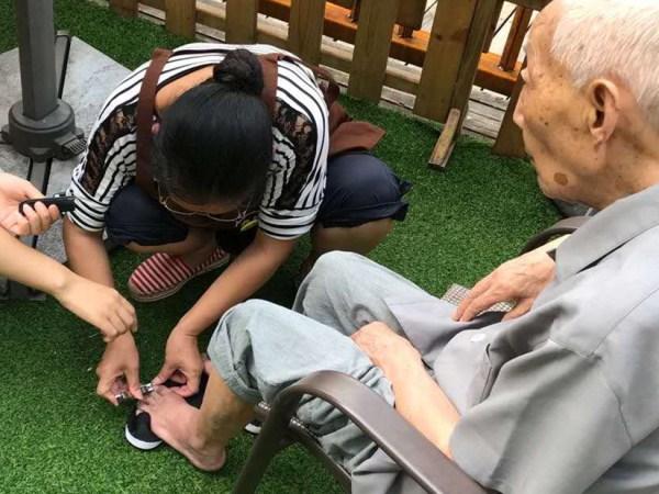 一暄康养照护师给爷爷剪脚趾甲