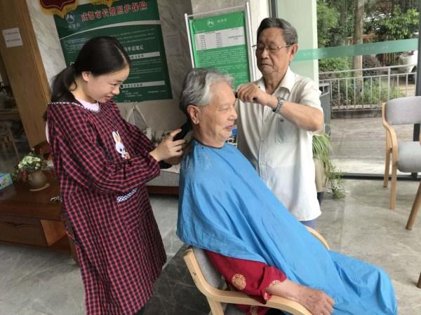 一暄康养照护师给爷爷剪头发