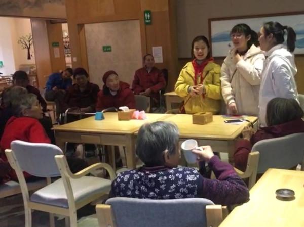 华阳中学志愿者为一暄康养长者送祝福